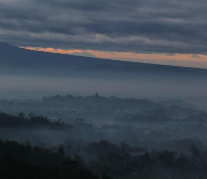 Candi Borobudur berselimut kabut , nice... ^_^